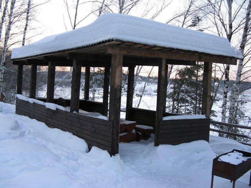 Зима, место для отдыха, мангал для шашлыков